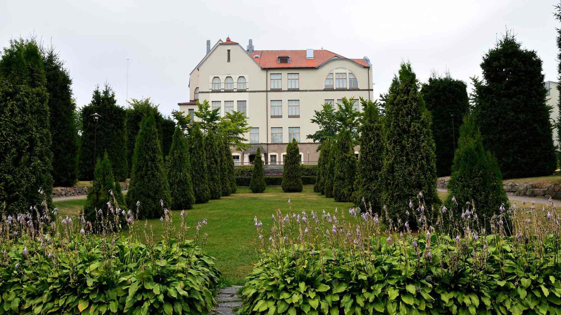 Apteekkarin ja teollisuusmiehen Viktor Schaumanin ja hänen vaimonsa Elisen muistoksi perustetussa Koulupuistossa voi opiskella kasvien lääkinnällisiä vaikutuksia.