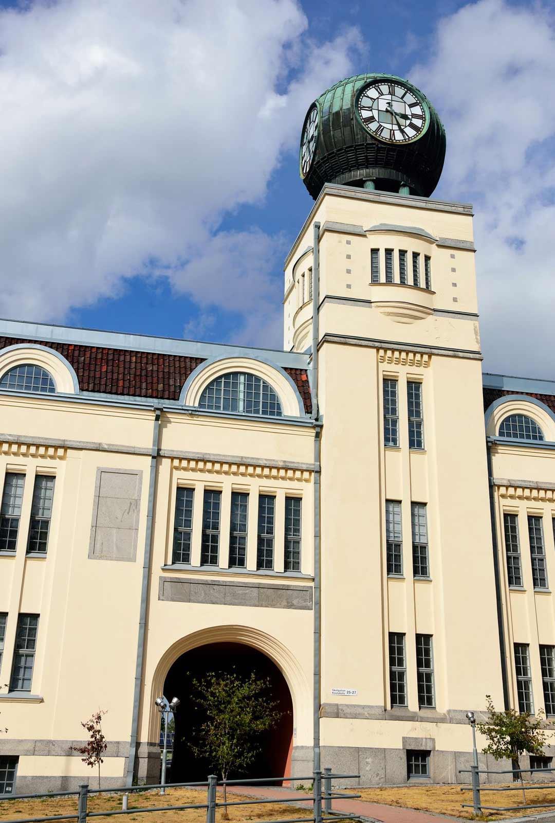 Strengbergin tupakkatehtaan vuonna 1909 valmistunut laajennusosa kellotorneineen on Pietarsaaren maamerkki.