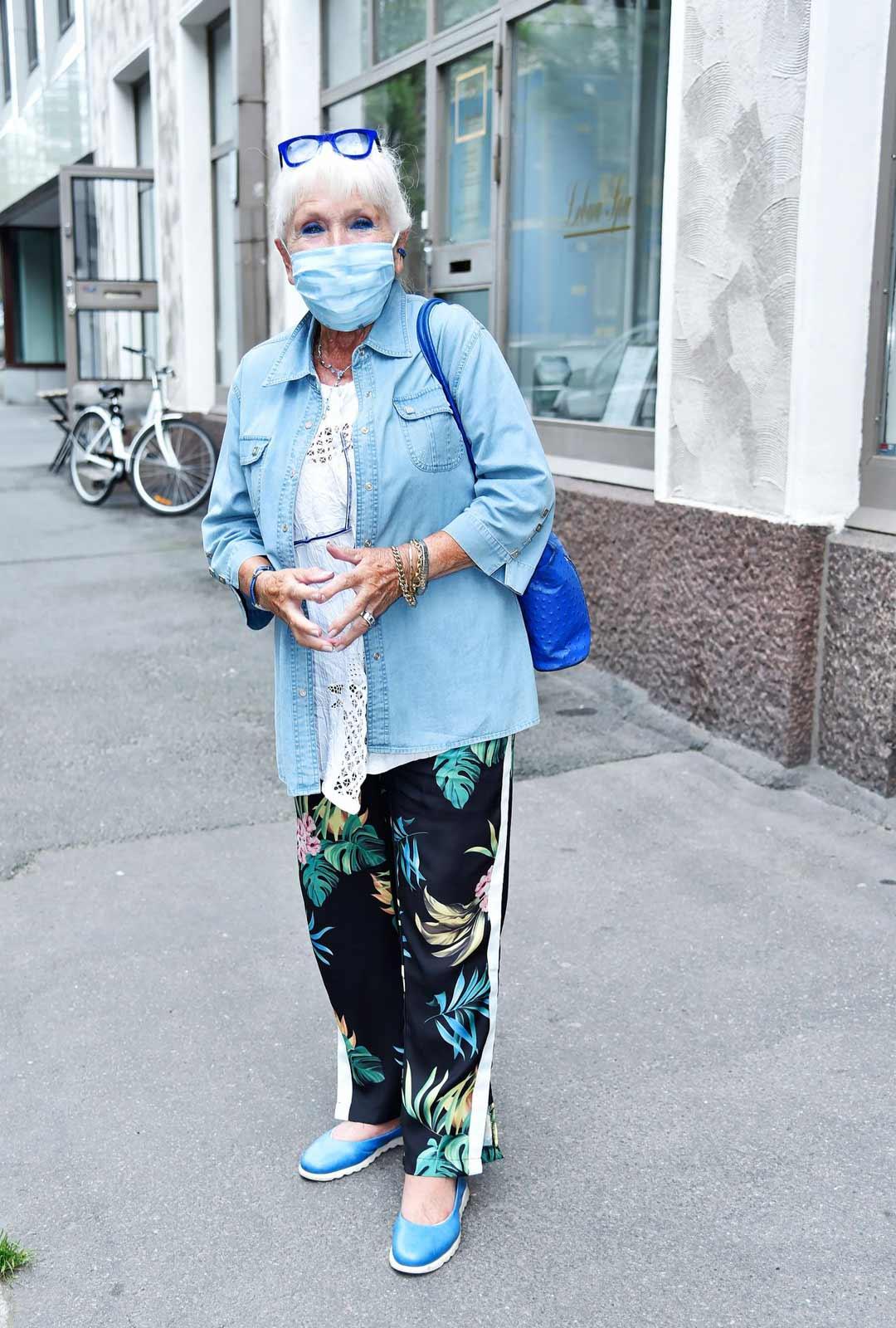 Kaarina Suonperä käyttää esimerkillisesti kankaista kasvomaskia.