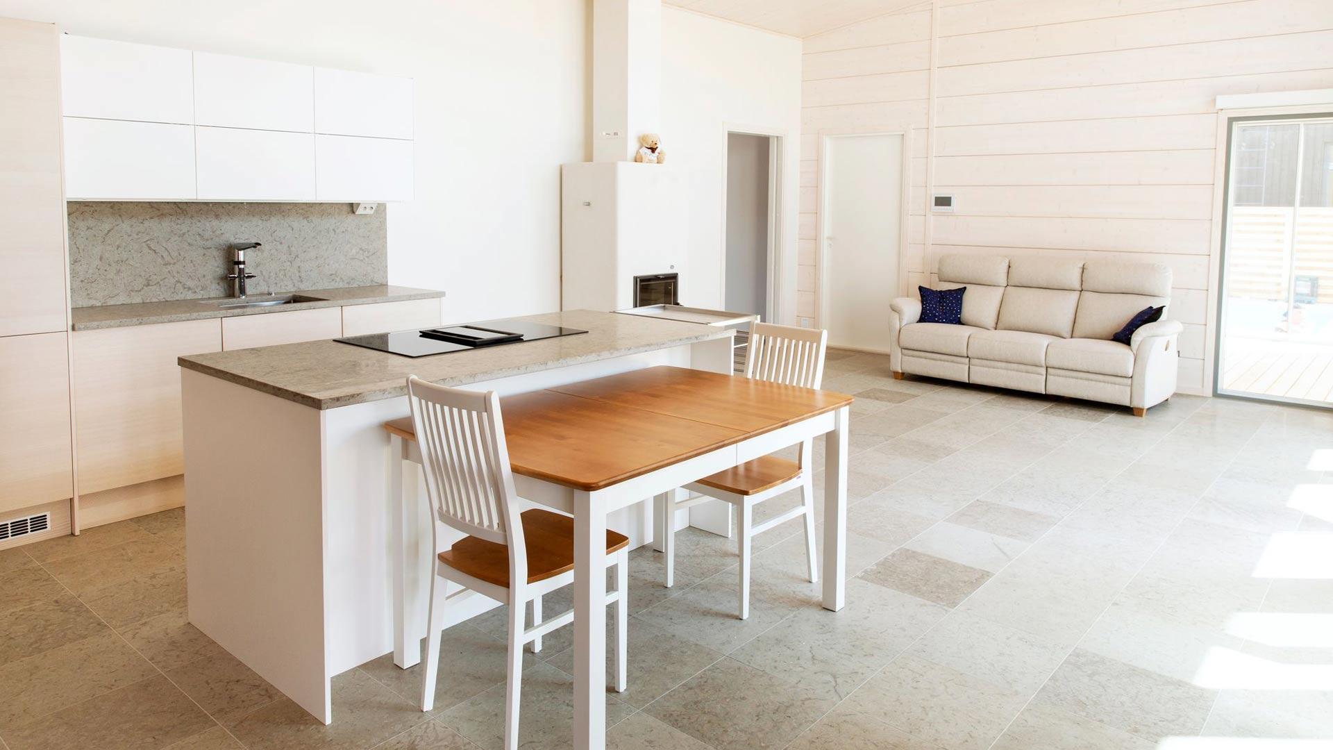 Keittiö ja olohuone ovat samassa tilassa, mikä tekee kodista helppokulkuisen. Integroitujen kodinlaitteiden käyttö jännitti Briittaa etukäteen.