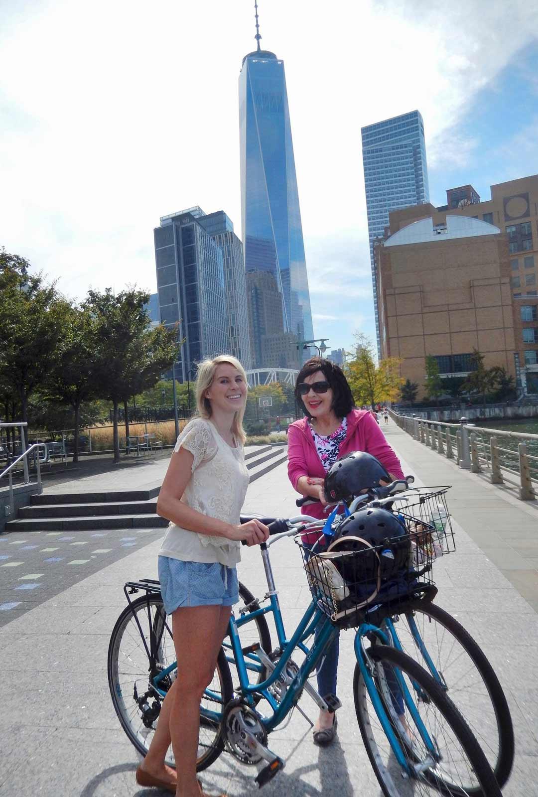 Lauran kanssa pyörillä Hudson River Parkissa, suuntana Freedom Tower. Vuosi 2015.