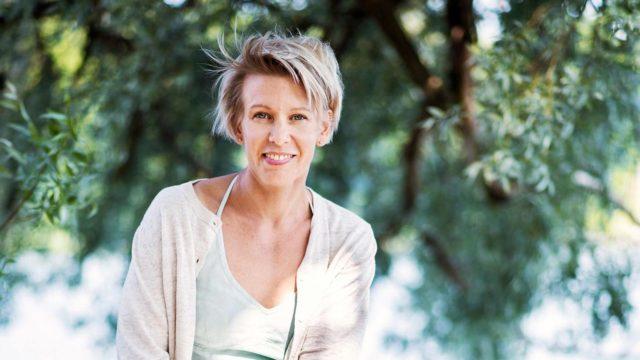 Kirjailija Selja Ahavan uuden romaanin Nainen joka rakasti hyönteisiä ansiosta perhosia katsoo uusin silmin.