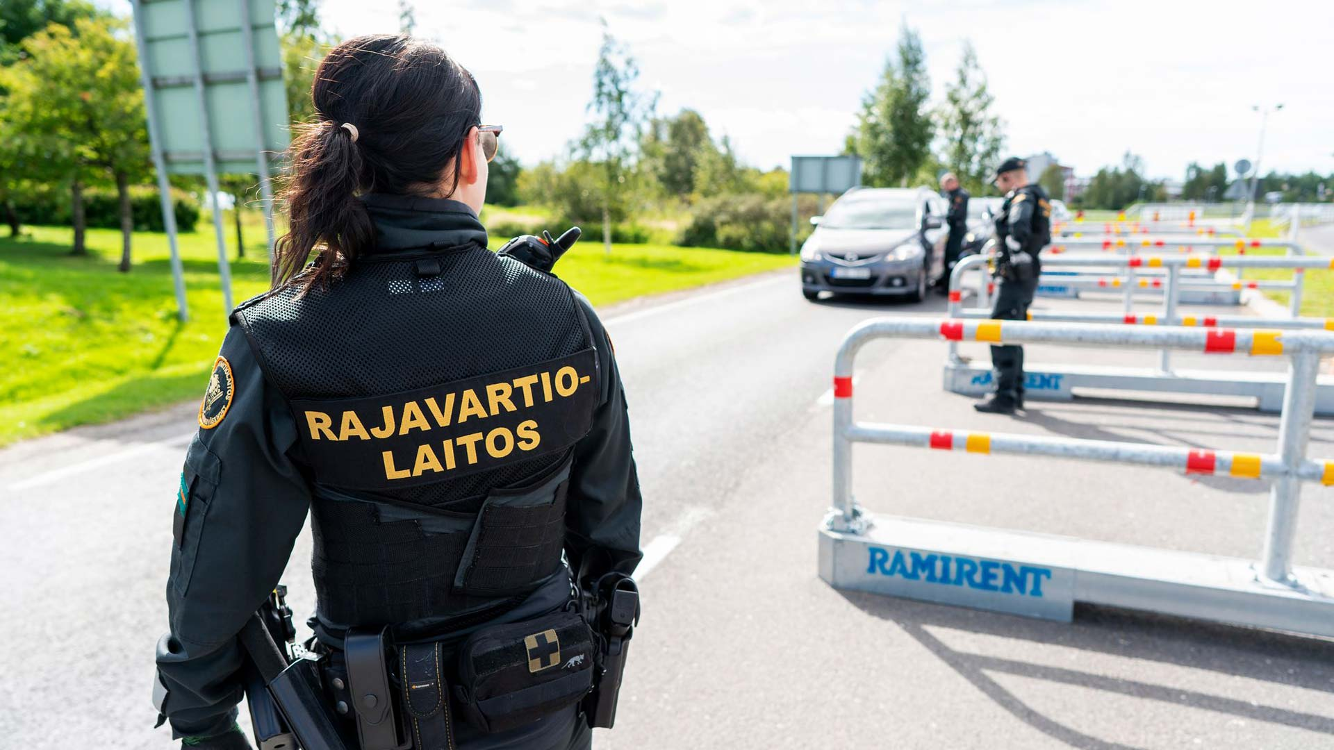 Rajavartijat pysäyttävät kaiken Ruotsista Suomeen tulevan ajoneuvoliikenteen rajanylityspaikalla.