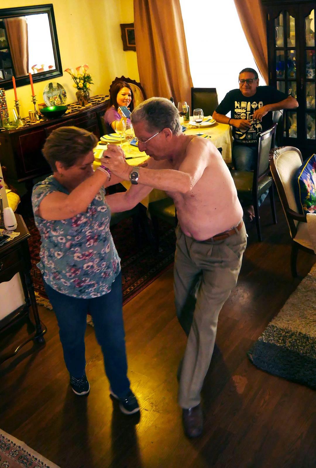 Kun tango kajahtaa, argentiinalaisisän pojan, Enriquen on päästävä tanssiin Silviansa kanssa. Yleisönä tytär Ximena ja Miguel Vera.