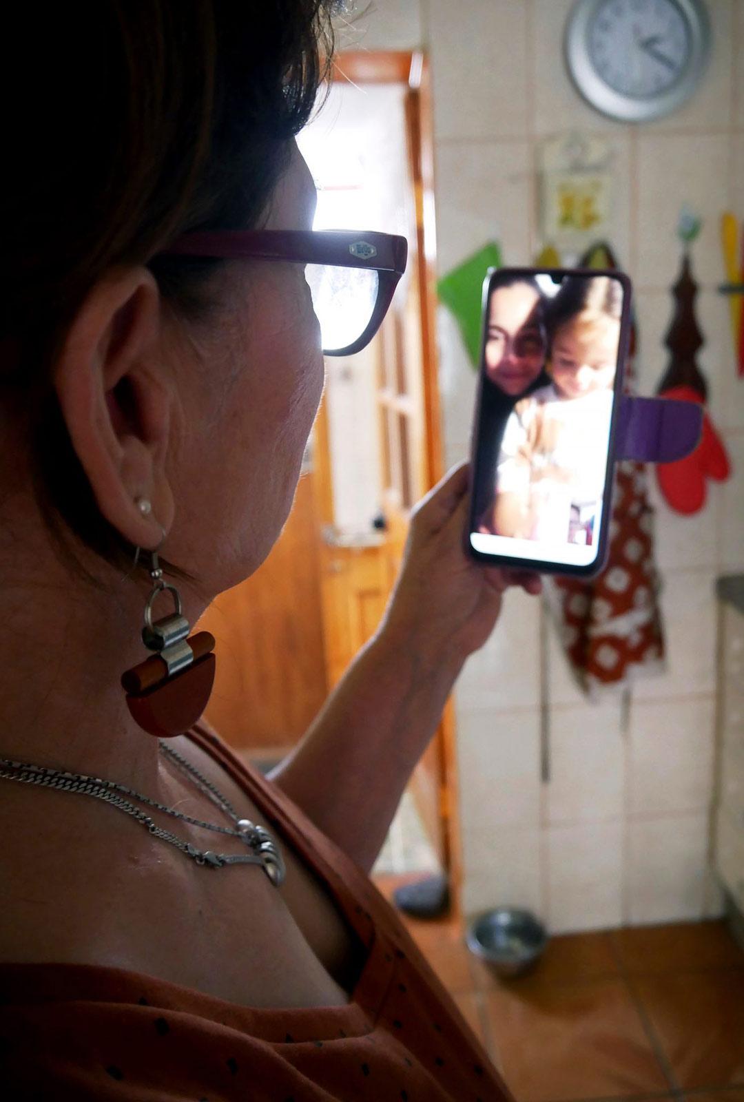 """""""Ellu-mummon"""" tärkein hetki: WhatsApp-puhelu Suomesta. Tytär Carolina ja tyttärentytär Paloma kertovat kuulumisiaan."""