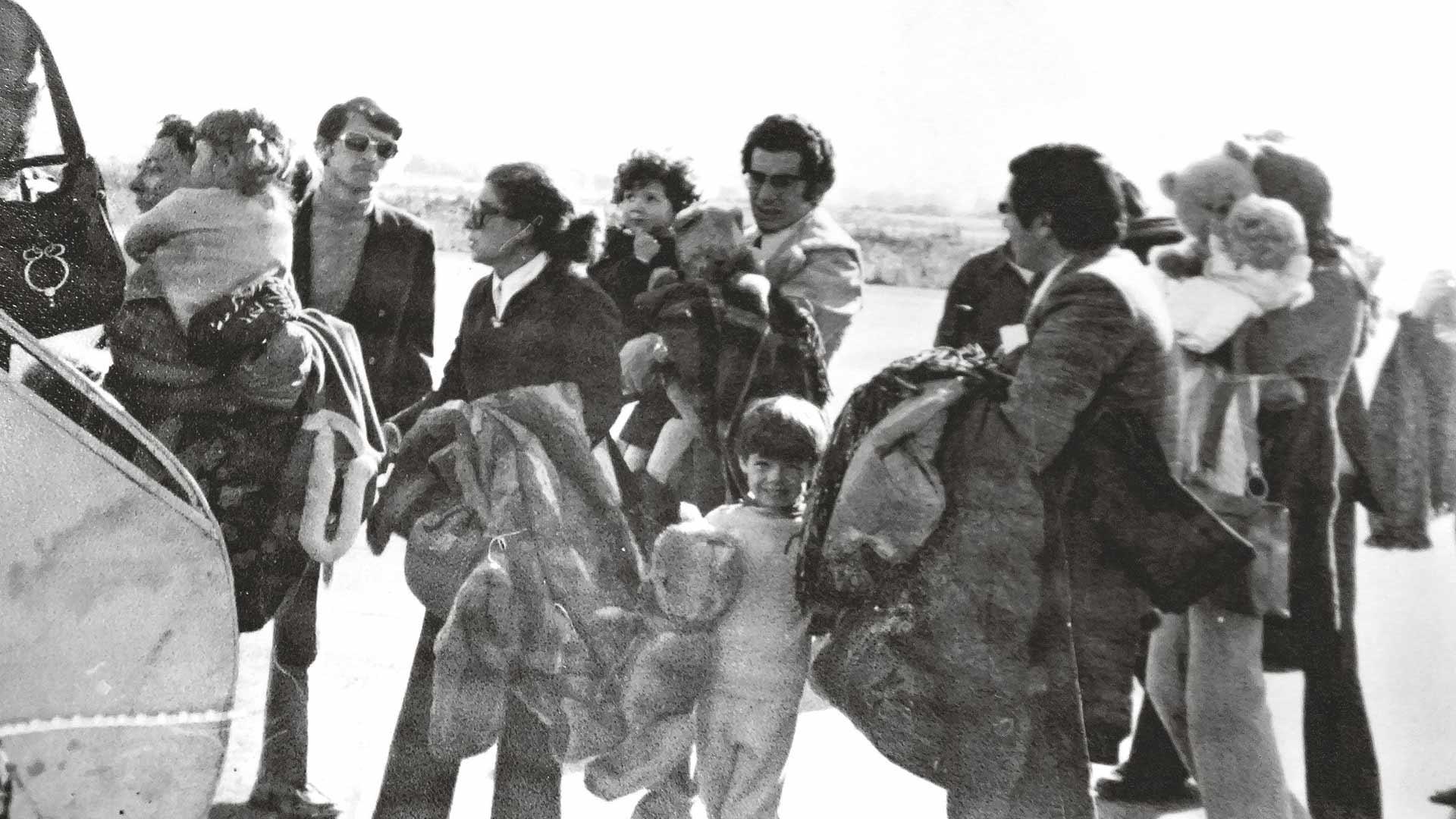 Ensimmäinen pakolaisryhmä lähdössä kohti tuntematonta Santiagon lentokentällä joulukuussa 1973. Kuvassa keskellä Enrique Escobar pikkuinen Ximena sylissään.