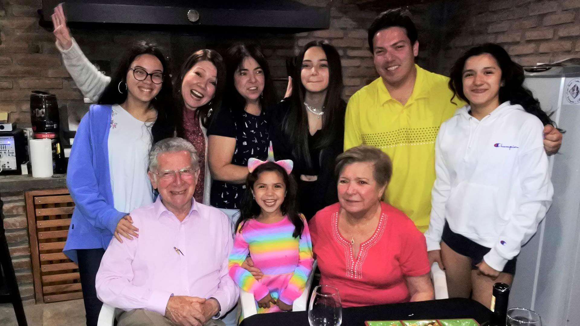 Vieraiden kunniaksi järjestettiin grilli-ilta Enriquen ja Silvian kotona, jossa olivat myös heidän lapsensa Marcela, Ximena ja Ivan perheineen.