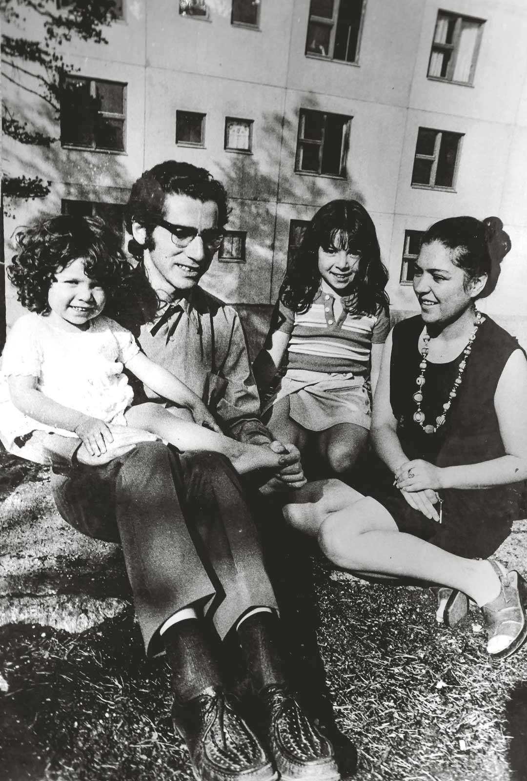 Escobarien perhe asettui asumaan kaksioon Espoon Kivenlahteen. Enriquen sylissä Ximena ja Silvian vieressä esikoinen Marcela.