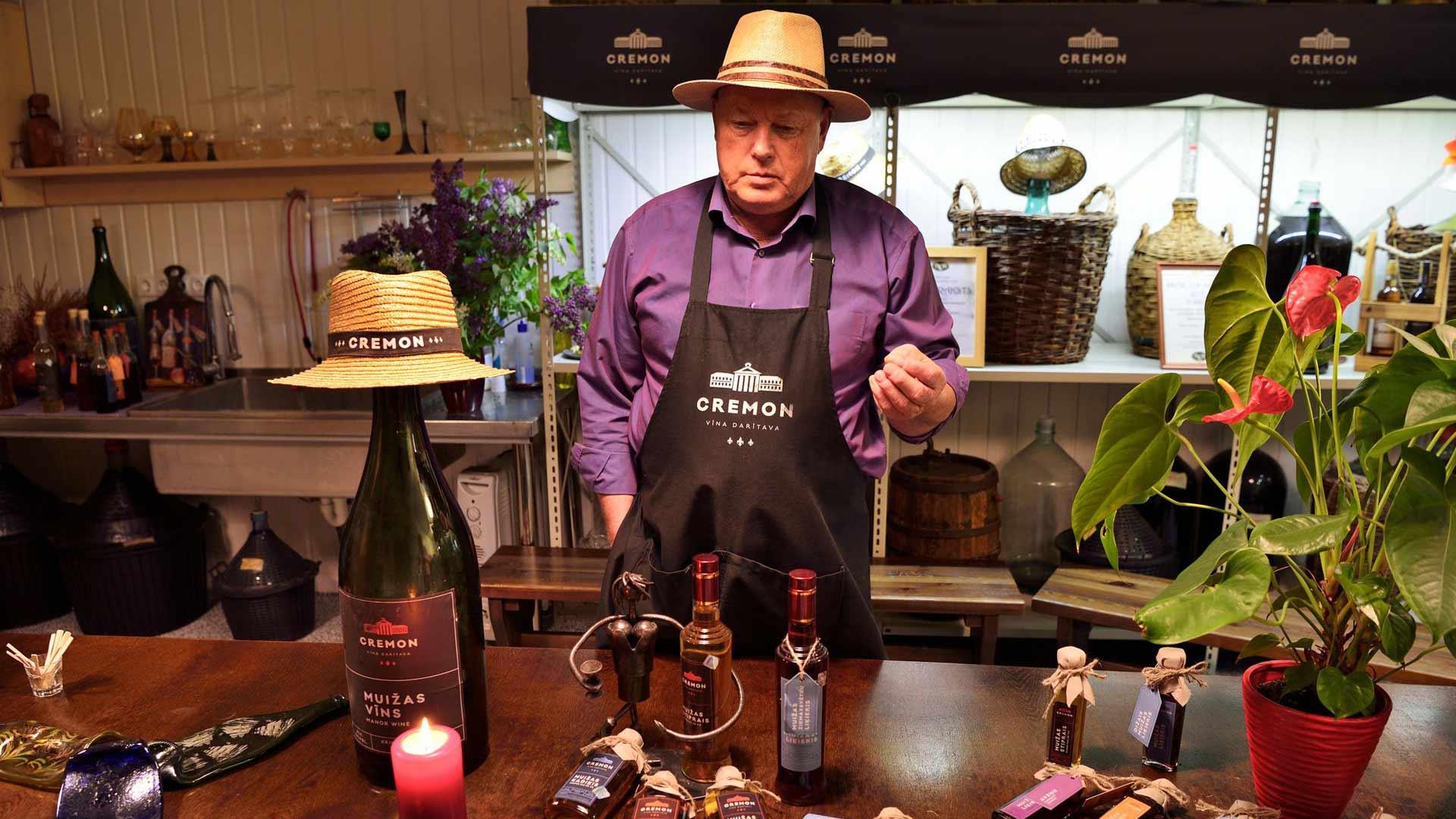 Jãnis Mikans maistattaa viinitila Cremonin tuotteita.