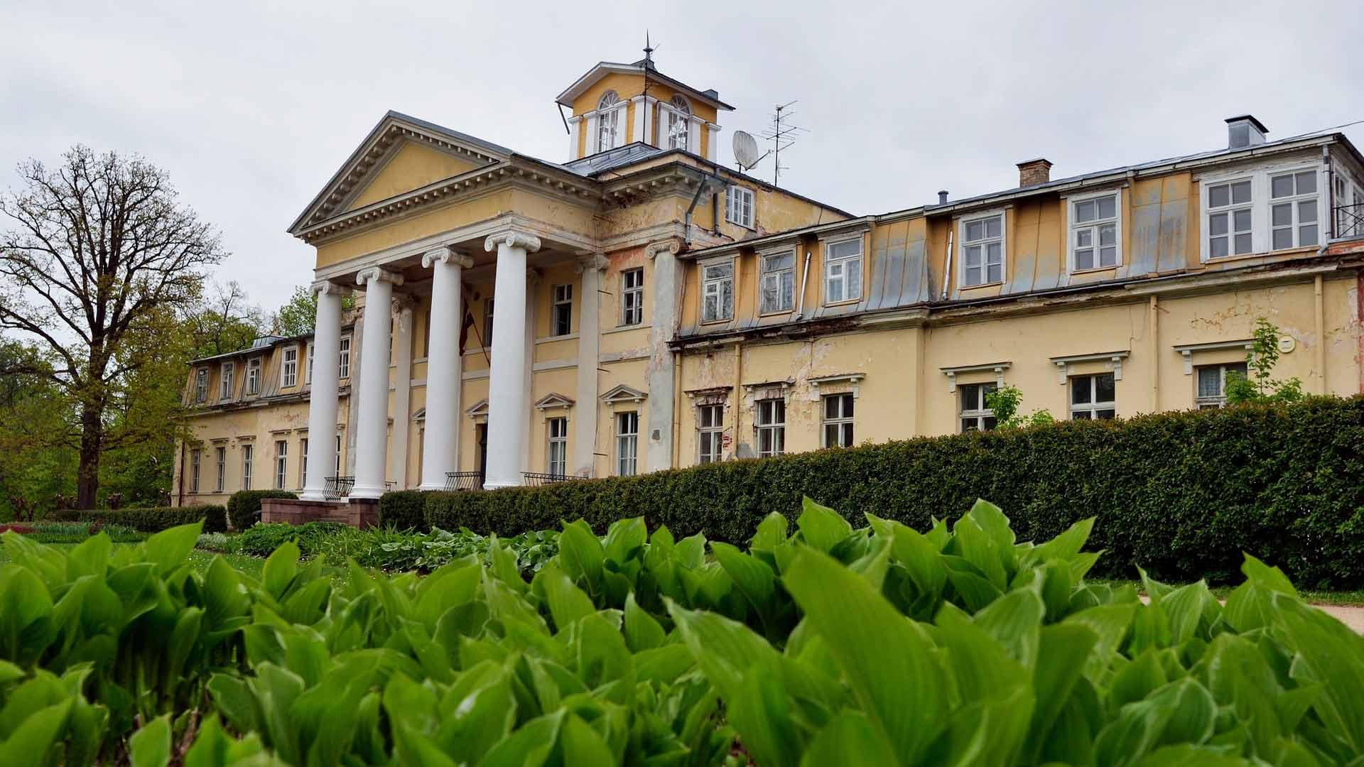 Krimuldan 1800-luvun kartano toimi neuvostoaikana parantolana, nyt osaan rakennuksista voi majoittua.