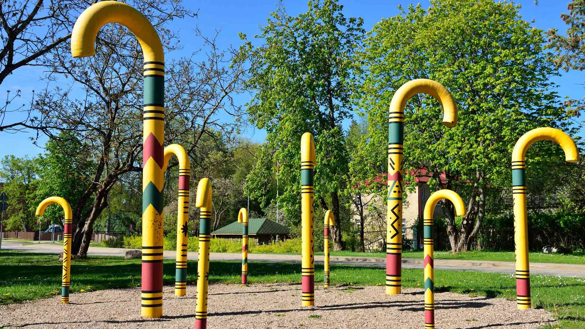 Siguldan puistoissa on taideteoksia ja paljon pysähtymisen arvoisia taukopaikkoja.