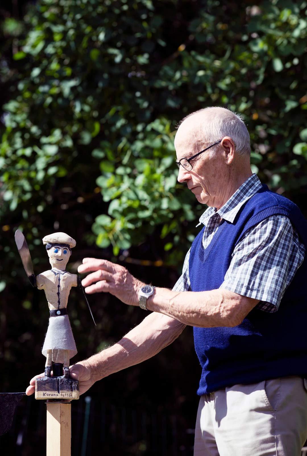 """Risto Suomisen luovuus näkyy monin tavoin. Kevään aikana syntyi takapihalle teos Koronatyttö. """"Tekstejäni olen nauhoittanut lapsenlapsille muistoksi saamallani kasettisoittimella."""""""