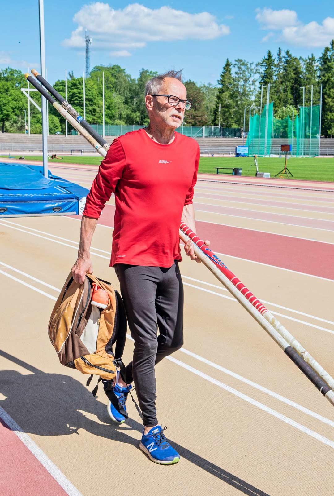 Harjoituksissa ja kisoissa Lipastilla on aina mukana kaksi omaa seivästä.