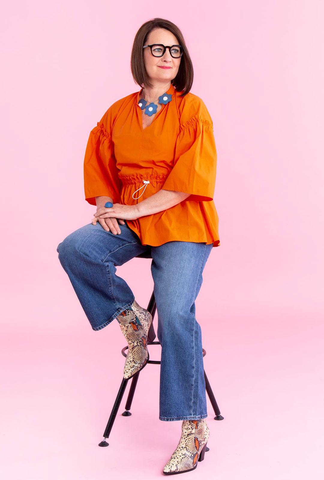 Vaatteiden muodoissa uutta on väljyys. Hihat suurenevat ja housuissa lahkeet levenevät. Vastavärit, oranssi ja sininen, tekevät yhdistelmästä vahvan.