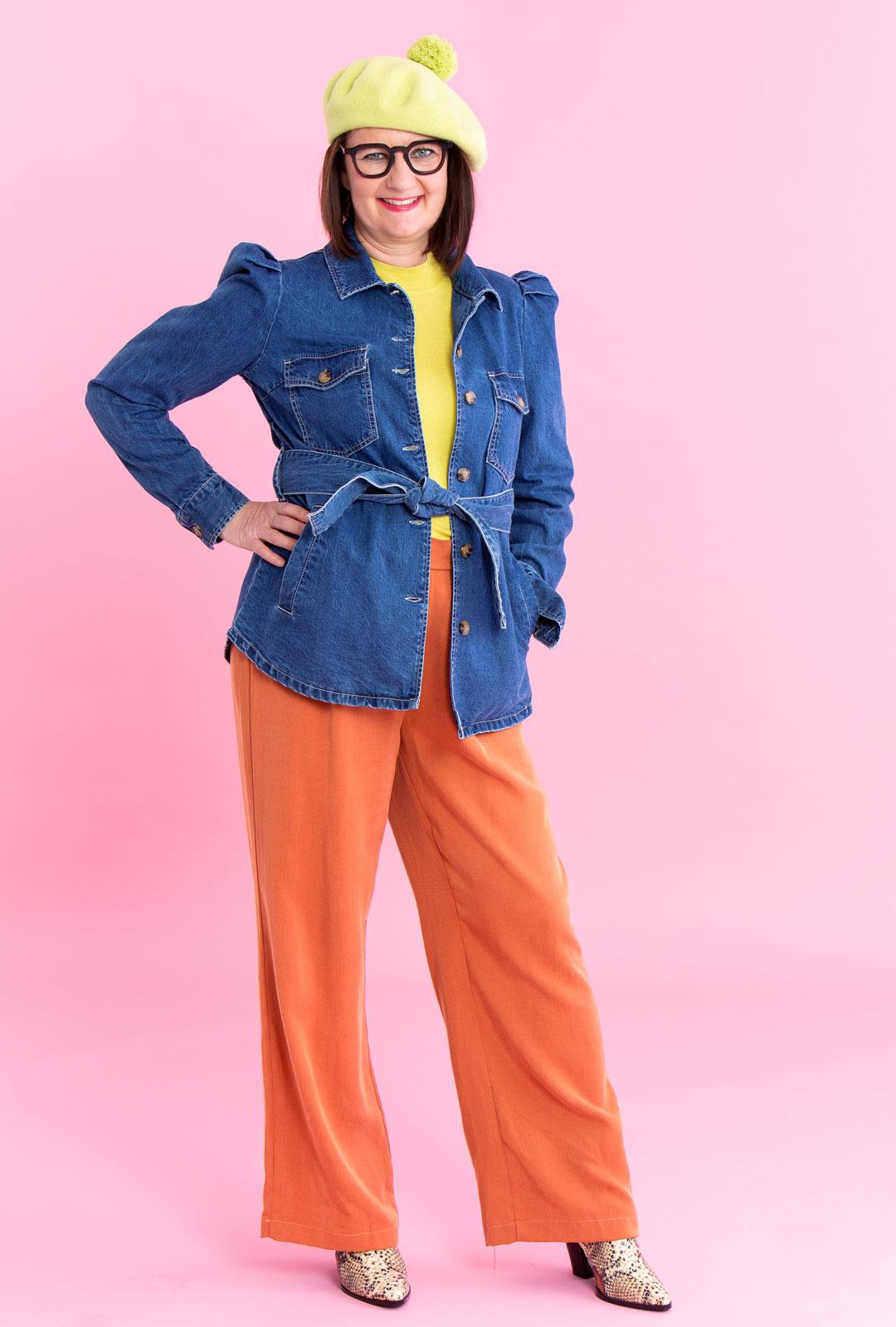 Vaatteiden linjoissa ja väriyhdistelmissä on vaikutteita 70- ja 80-luvuilta. Puhvihihainen farkkutakki on safarimallia. Peloton värien yhdistely antaa denimille potkua.