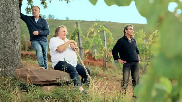 Gérard Depardieu (keskellä)kiertaa eurooppalaisia ruokapöytiä yhdessä Laurent Audiot'n (vas.) kanssa sarjassaGérard Depardieun Eurooppa.