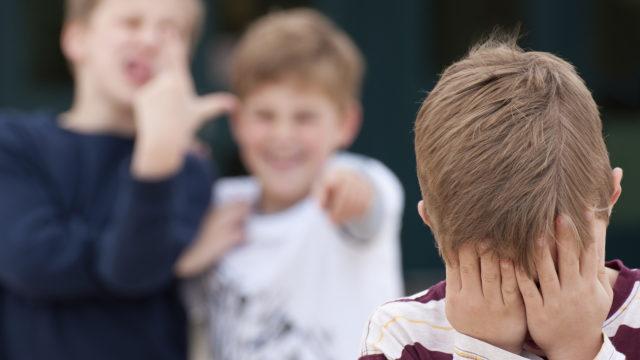 Pojat sekä kiusaavat että joutuvat kiusatuiksi tyttöjä enemmän. Kiusaaminen voi olla suoraa tai niin piilotettua, että aikuisen on vaikea sitä huomata, mutta ryhmän lapset kyllä tietävät, mistä on kyse.