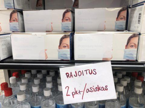 Kasvomaskeille on asetettu ostorajoituksia kaikissa suurimmissa myymäläketjuissa. Kuva Helsingin Maunulan S-marketista.