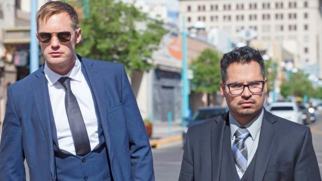 Alexander Skarsgård ja Michael Peña elokuvassaWar on Everyone.