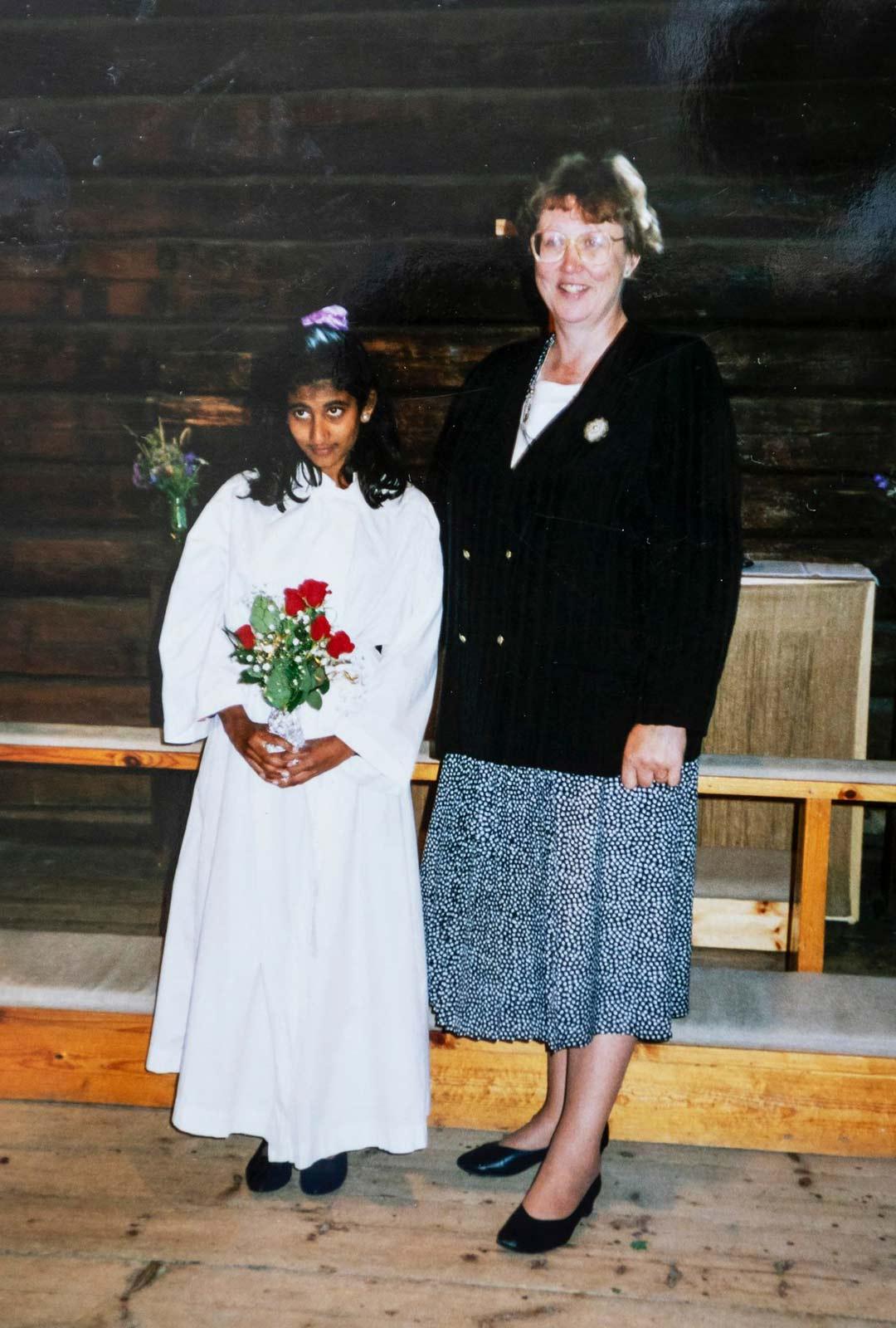 Etni Khan ja Riitta Etnin rippijuhlissa. Kuva on otettu Kotiliesi-lehdessä julkaistuun juttuun.