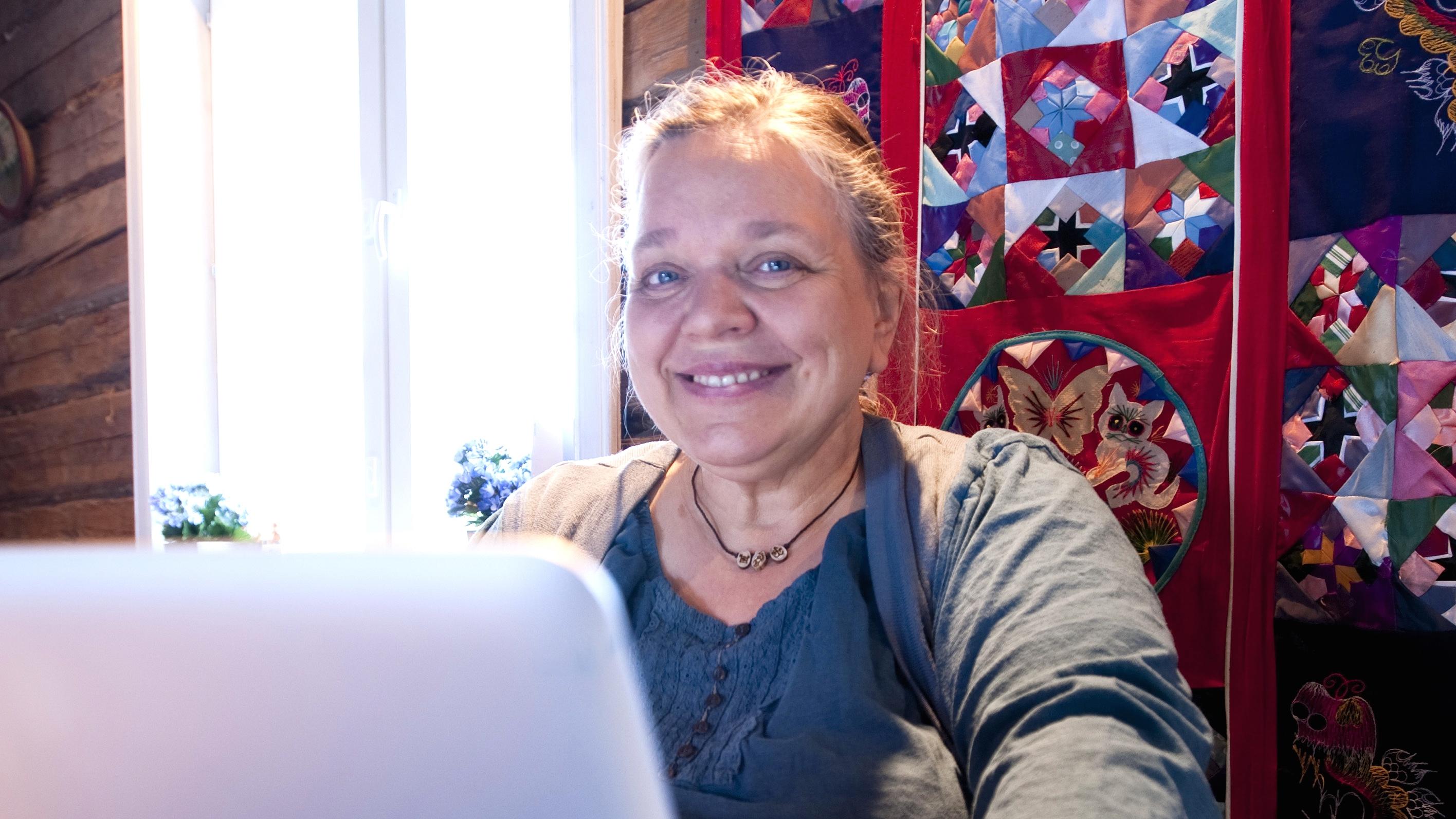 Kirsti Manninen on kirjailijanimeltään Enni Mustonen. Hän on kirjoittanut toista sataa romaania ja käsikirjoittanut tv-tuotantoja, muun muassa Kotikatua.