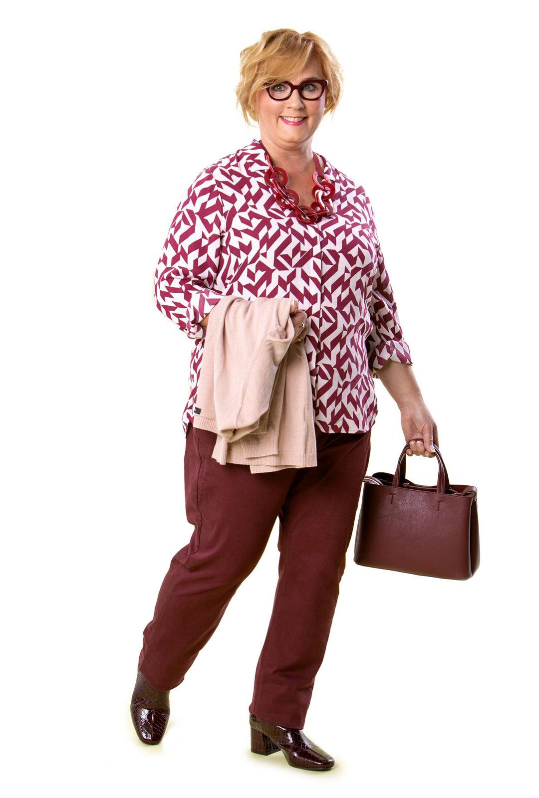 Väljä pusero peittää armollisesti keskivartalon. Korkeavyötäröiset farkut ja suorat lahkeet sopivat A-vartalolle.