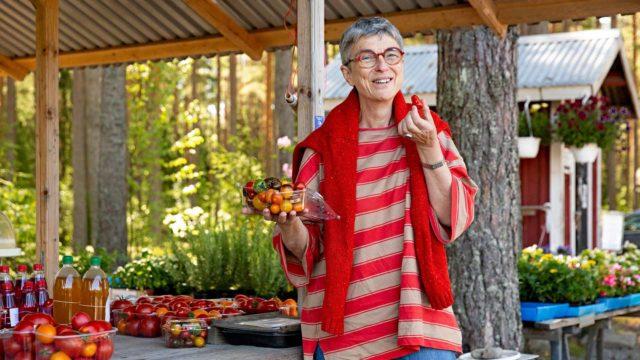 Toimittaja, kirjailija Bitte Westerlund kasvoi Karjaalla ja palasi puolisonsa Jörn Donnerin kanssa asumaan Bromarviin. Hänestä on tullut alueen lähiruokalähettiläs.