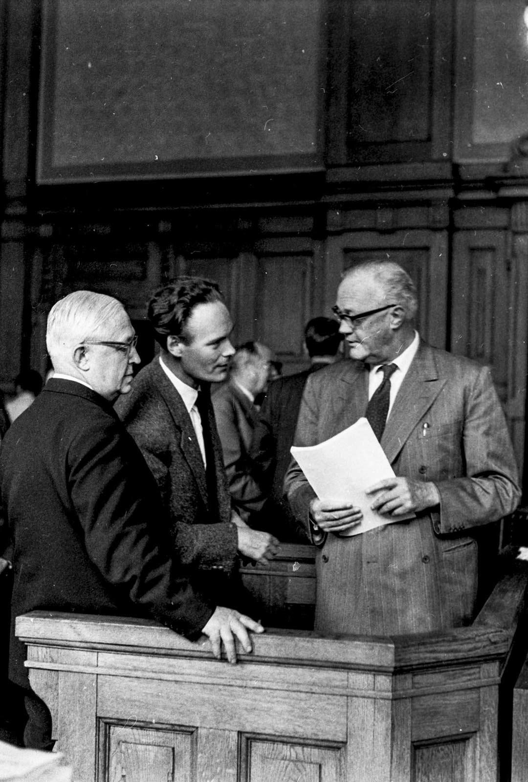 Oslossa käydyssä oikeudenkäynnissä olivat paikalla myös kirjailija Agnar Mykle (keskellä) sekä Gyldendal-kustantamon toimitusjohtaja Harald Grieg (oikealla).