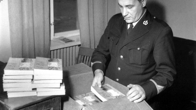 Takavarikointipäätös on tehty. Agnar Myklen romaania pakattiin mm. Helsingin poliisilaitoksella laatikoihin, joissa ne kuljetettiin Raumalle poltettavaksi.