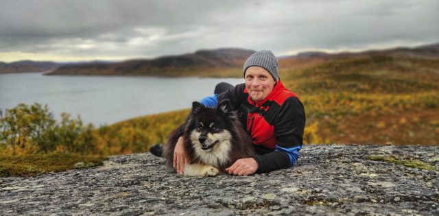 Aki Huhtanen ja Äijä saavat ruska-aikaan hengähtää hieman useammin kuin kiihkeimmän kalastussesongin aikana. Äijä nauttii myös viilenevistä keleistä.