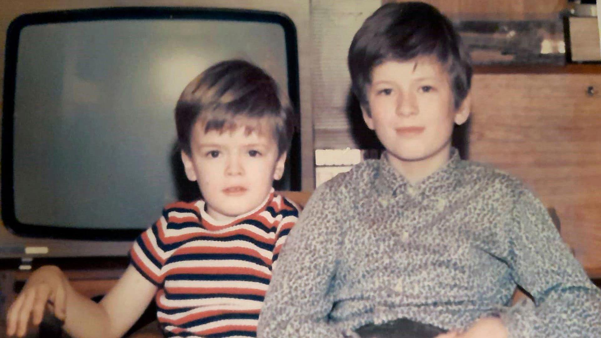 """""""Kuusi vuotta nuorempi pikkuveljeni Mårten ja minä 1970-luvun alussa Munkkiniemessä."""""""