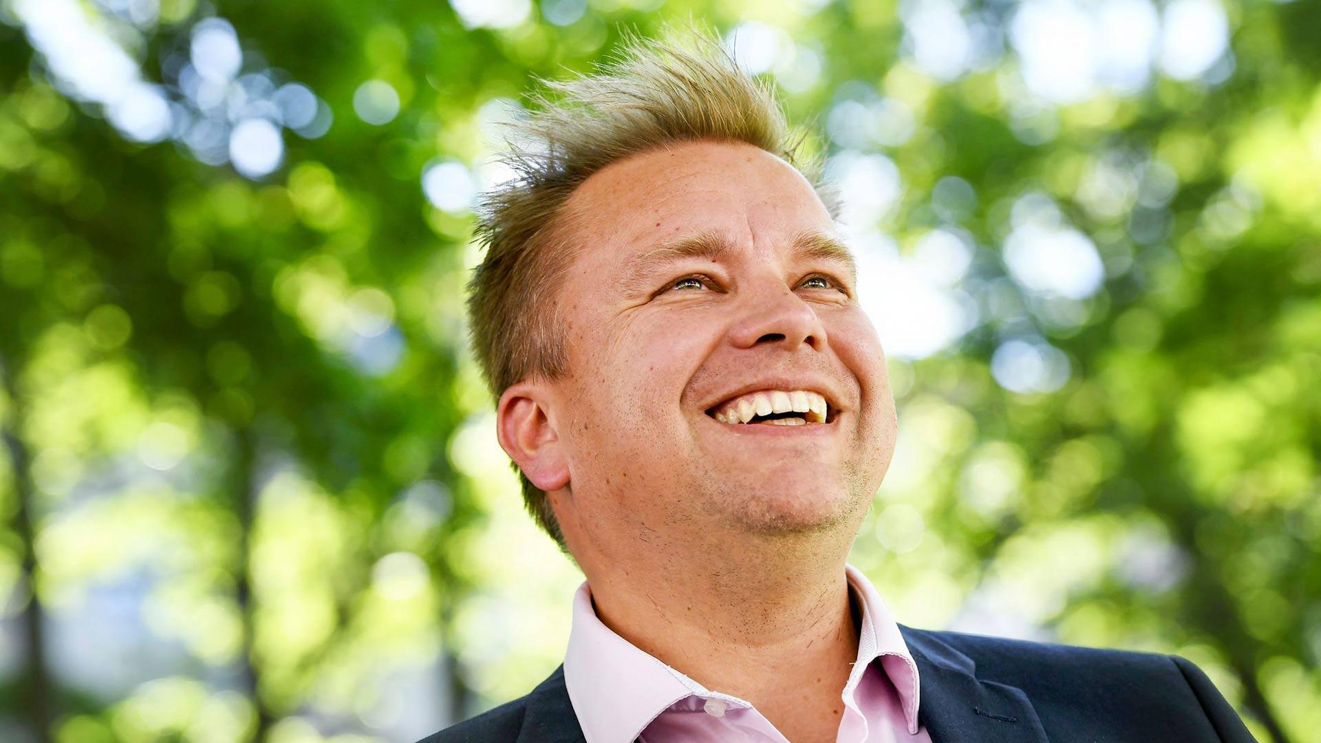 Puolustusministeri Antti Kaikkonen ja vauvatalkoot