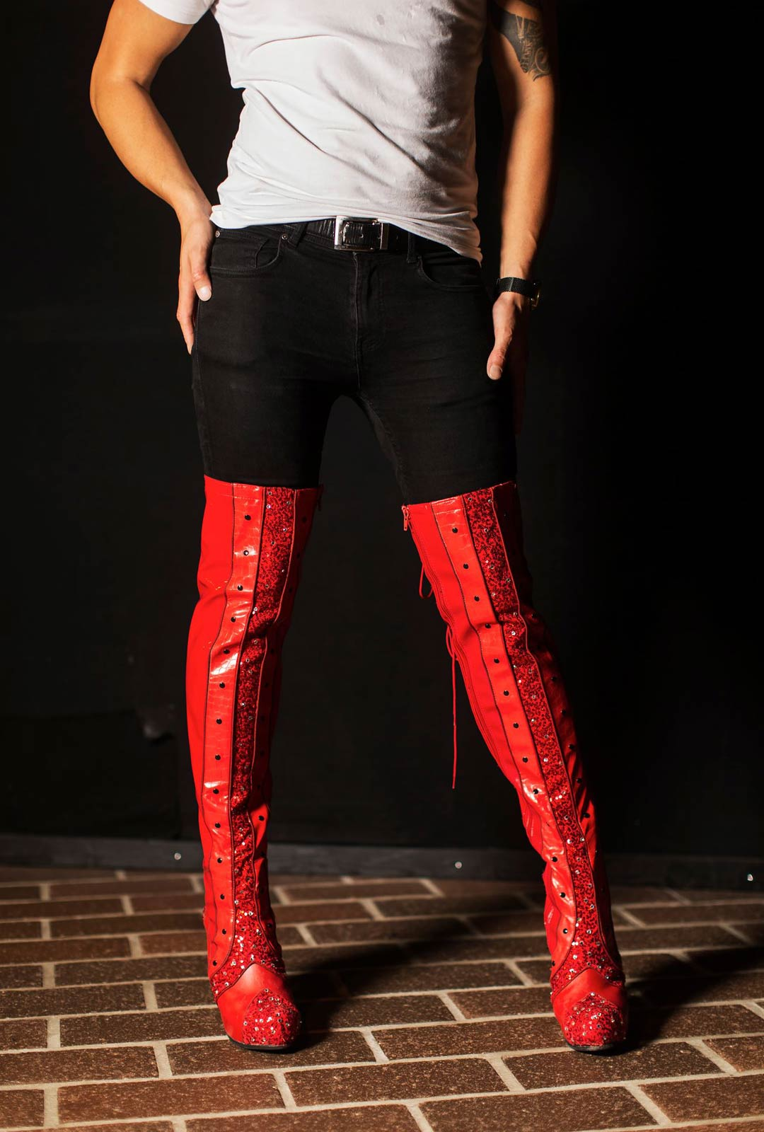 Kinky Boots vie katsojan tehdashallien hämärästä muodin huipulle. Asusteista ei puutu näyttävyyttä.