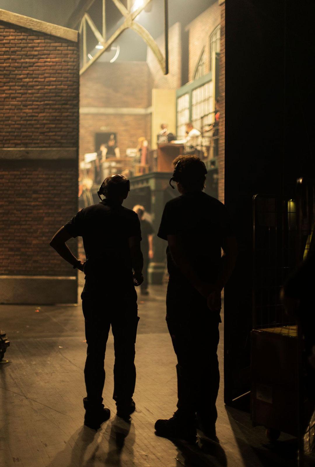 Musikaali on monen ammattilaisen yhteistyön tulos. Kinky Bootsissa pelkästään näyttämöllä on 33 näyttelijää ja bändissä 10 soittajaa.