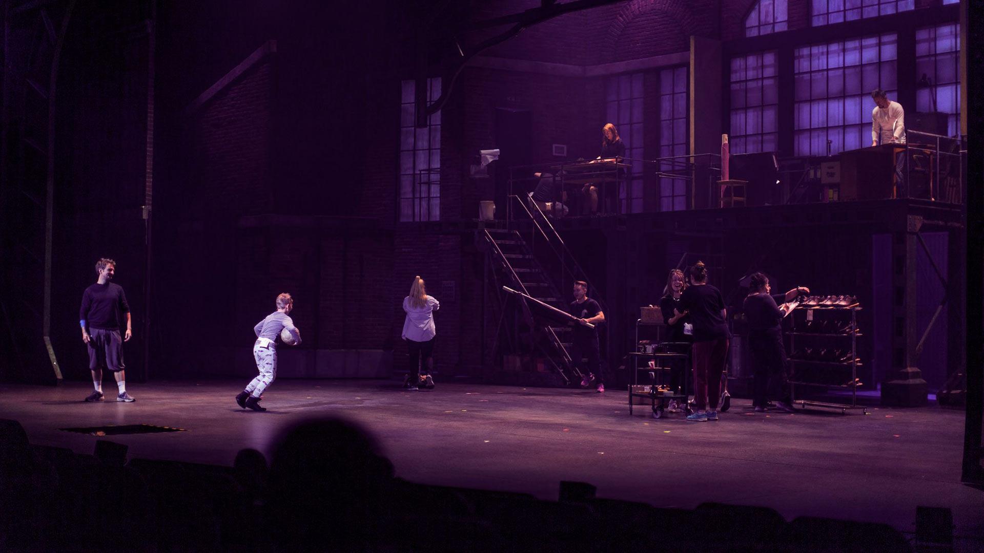 Kinky Bootsissa on mukana myös lapsinäyttelijöitä. Haastattelupäivänä harjoitukset alkoivat onnittelulaululla, sillä heistä yhdellä oli syntymäpäivä.