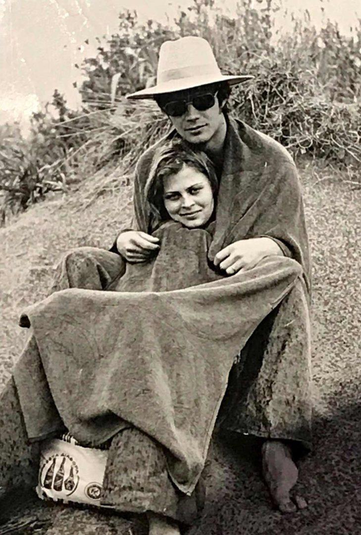 """1973 Rodoksella ensimmäisellä yhteisellä ulkomaanmatkalla. """"Olimme rannalla ja alkoi ripotella vettä. Pääsin sateensuojaan Arton kengurupussiin."""""""