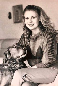 """1983 Anne ja kultainen noutaja Byron, jonka Anne toi New Yorkista Suomeen. """"Byronin jälkeen ajattelin, etten halua enää uutta koiraa, koska se oli täydellinen. Mutta on meillä Byronin jälkeenkin ollut koiria. Kaikki ihania, mutta kyllä Byron oli se koira ja Anne on se nainen"""", Arto Hietanen kirjoitti taannoin Facebook-sivullaan."""