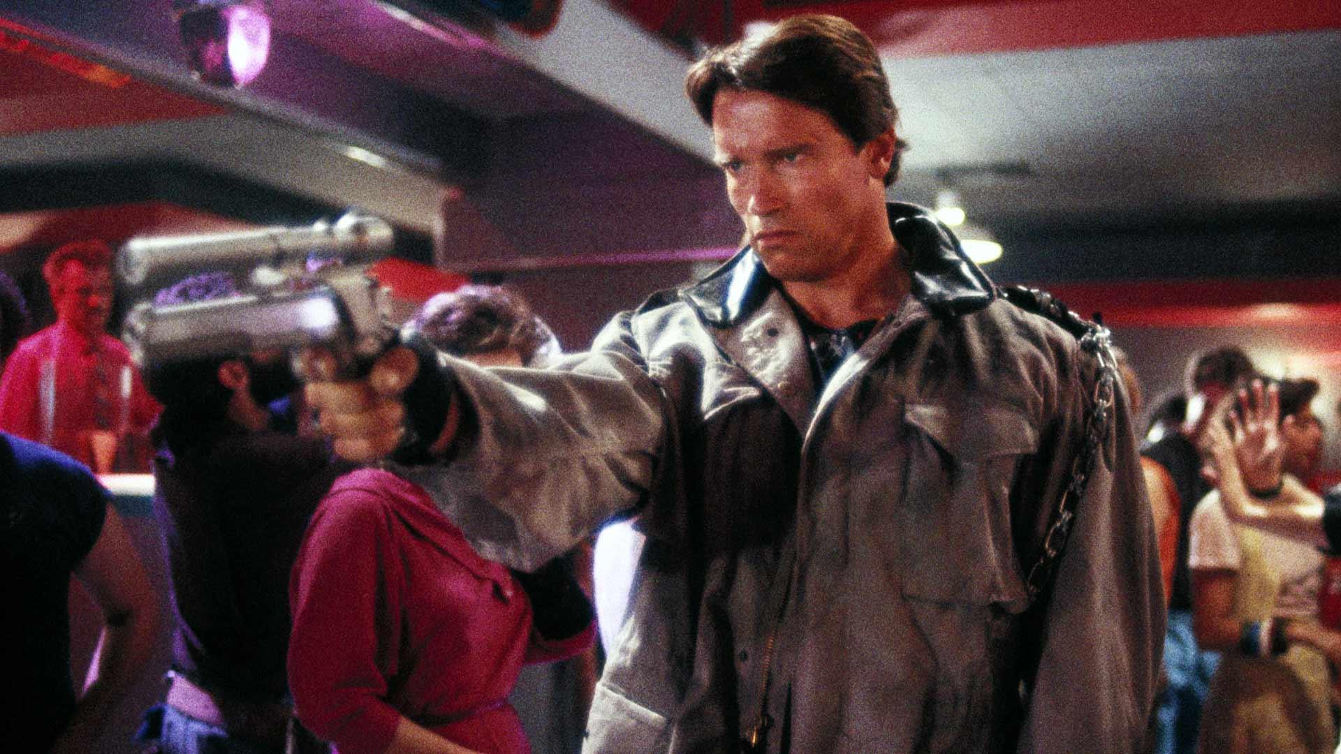 Arnold Schwarzenegger terminaattorin roolissa.