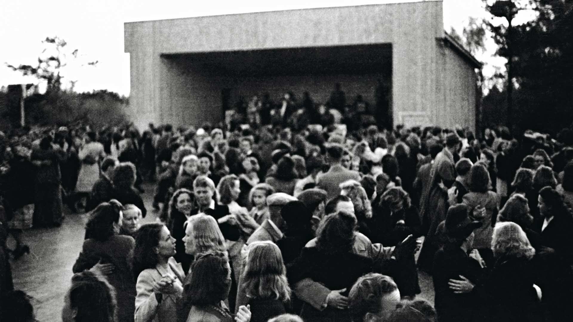 Tanssikielto oli tiukimmillaan 1940-luvun alkuvuosina, mutta sitä höllennettiin välilä, ja lopulta kielto purettiin tiettyjä pyhäpäiviä lukuunottamatta 1948. Alppilavalla Helsingissä uskallettiin vähän jo pyörähdellä 1946.