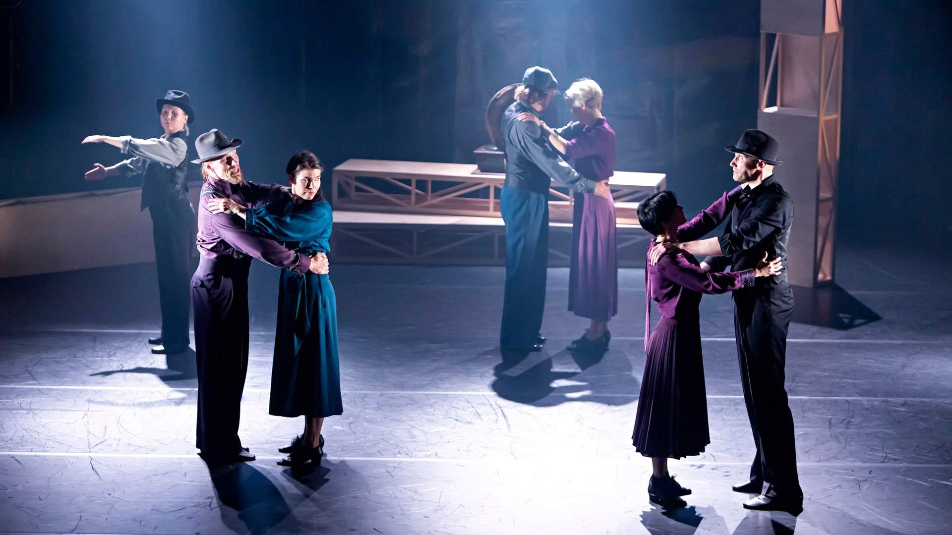 Tanssissa ollaan lähekkäin, mikä ei ollut tyypillistä suomalaiselle kulttuurille sota-aikana.