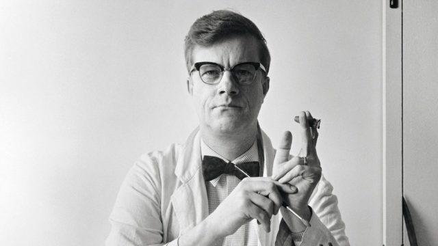 Taiteilija ja pilapiirtäjä Kari Suomalainen työnsä ääressä 20. tammikuuta 1967.