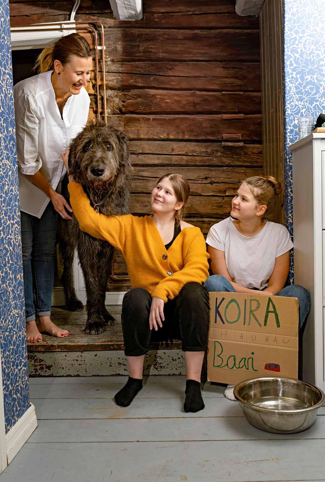 Vilda ja Vilja osallistuvat innolla kahvilan pyörittämiseen, kuin myös Svante-koira.