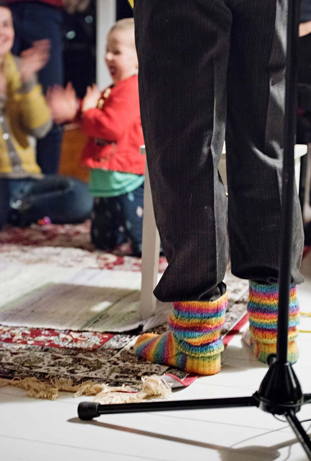 Kotikonsertissa on leppoisa tunnelma. Mukana on myös lapsia ja juhlakengiksi käyvät villasukat.