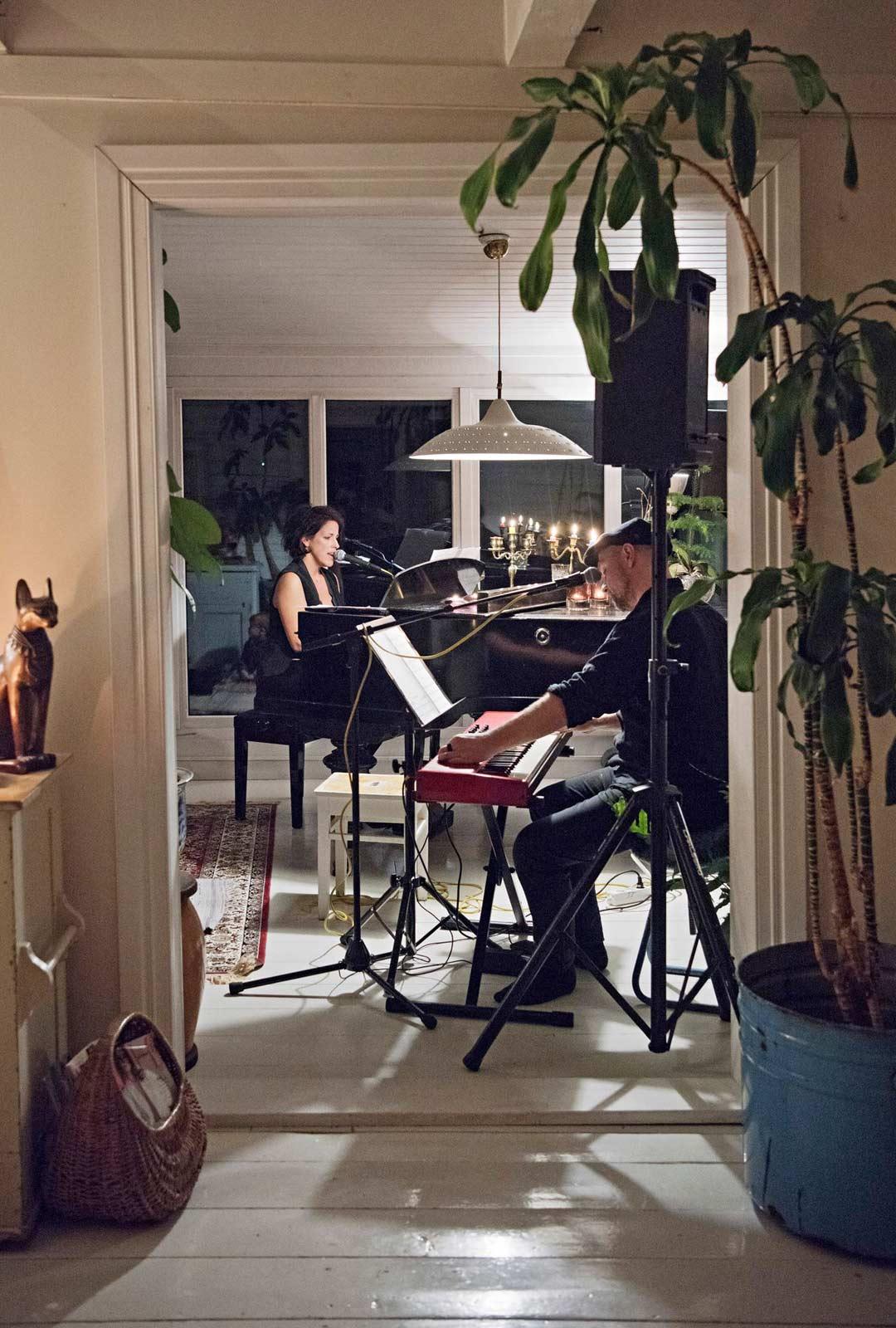 Sivuhuoneestakin näkee hyvin estradille, jossa Mirella Pendolin ja Kalle Katz esiintyvät.
