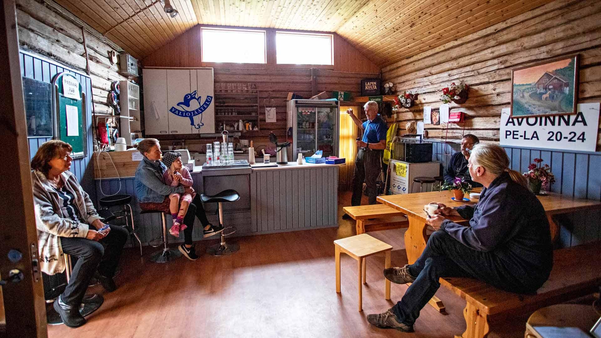 Koittilassa kylätoiminnalla on pitkät perinteet. Leila Saari (vas.), Seppo Laitinen, Tuomo Janhunen ja Markku Laitinen ovat ahkeroineet kylän puolesta jo vuosikymmeniä. Maisa ja Tilda Juntunen (keskellä) ovat uudempia aktiiveja.