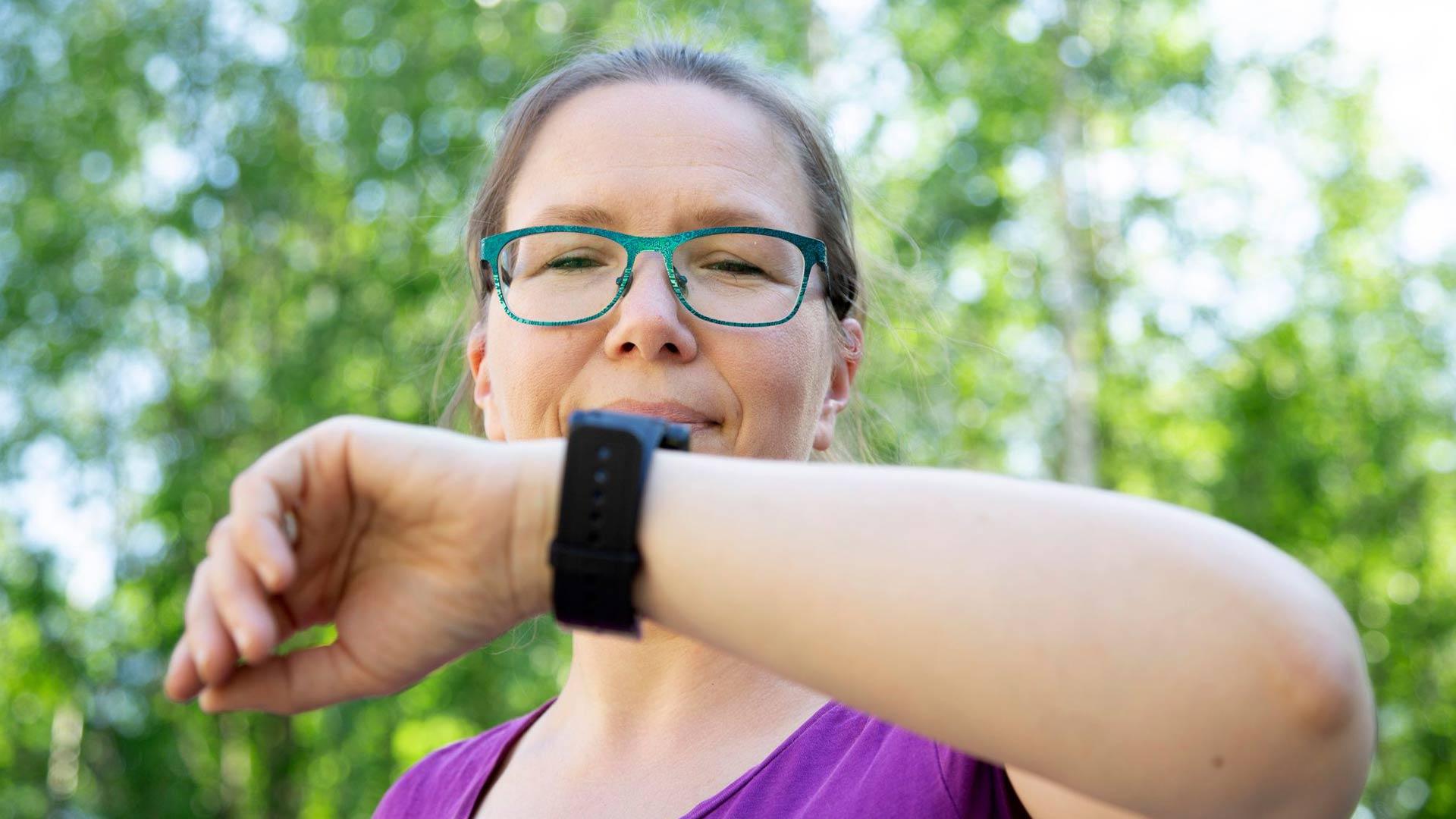 Nina Sarell ryhtyi biohakkeriksi, jotta saisi väsymyksen syyn selville. © Pekka Nieminen/Otavamedia