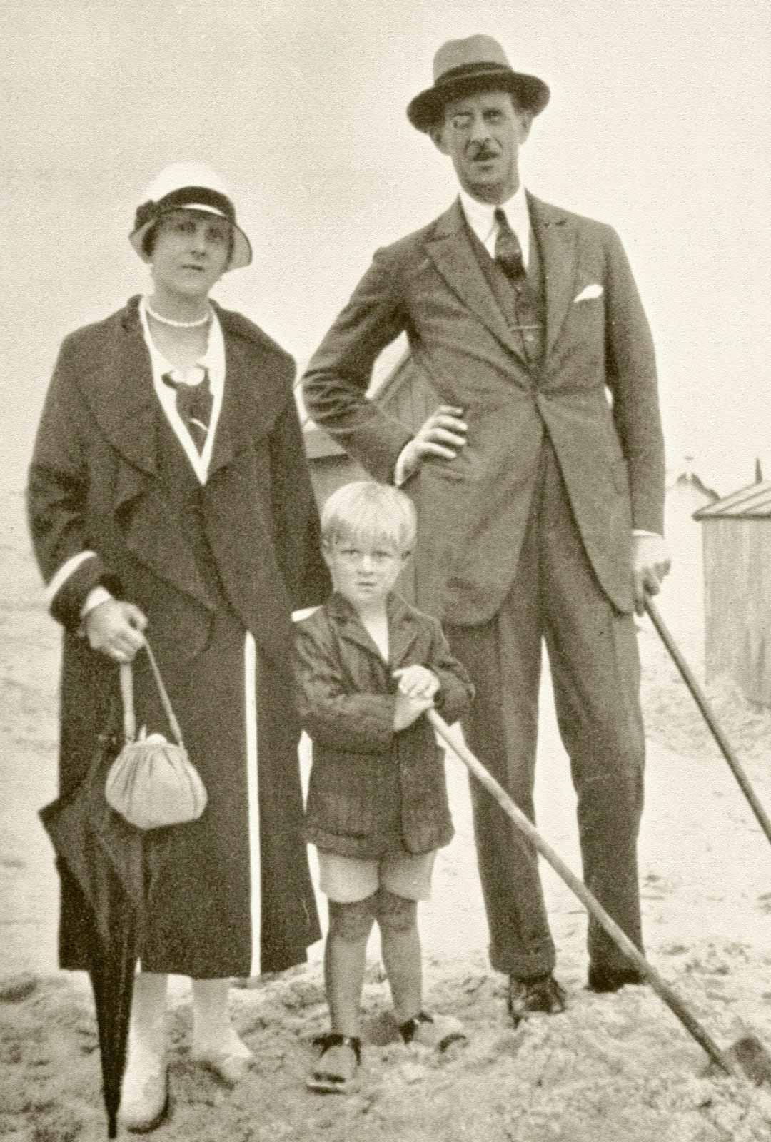Prinssi Philip vanhempiensa, Kreikan prinssi Andreaksen ja syntyjään Battenbergin prinsessan Alicen kanssa noin vuonna 1925.