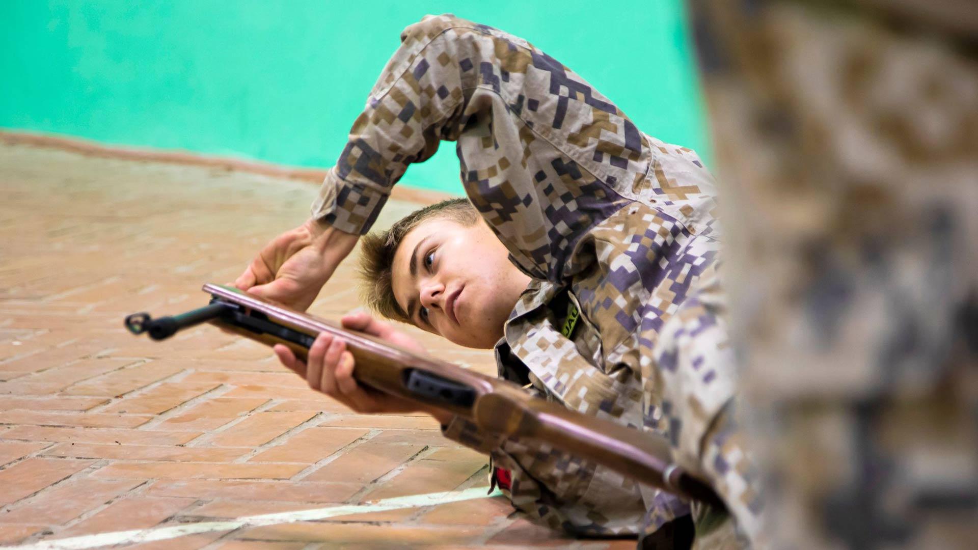 Ammunta ja suunnistus ovat maanpuolustustuntien parasta antia, sanoo 16-vuotias Rendijs Sermulis.