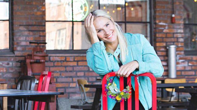 """""""Tykkään tehdä kaikkea päällekkäin ja sekaisin. Teen työtäni hyvin monipuolisesti ja näytteleminen on vain yksi osa sitä"""", Laura Malmivaara kertoo."""