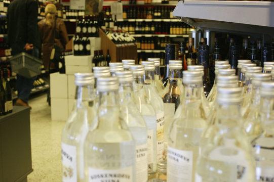 Ravintoloiden suljettua keväällä ovensa, suomalaiset ryhtyivät ostamaan enemmän alkoholia Alkon myymälöistä ja ruokakaupoista.